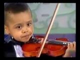 3 летний мальчик играет на скрипке