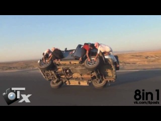 �������� ����� ������ ����� ������ �� ����, ���������� ������/ Crazy Saudi Arabs guys changing wheels while moving